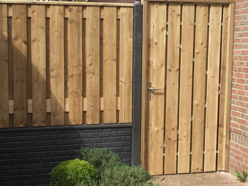 Beton schutting steen motief houten schutting poort tuin