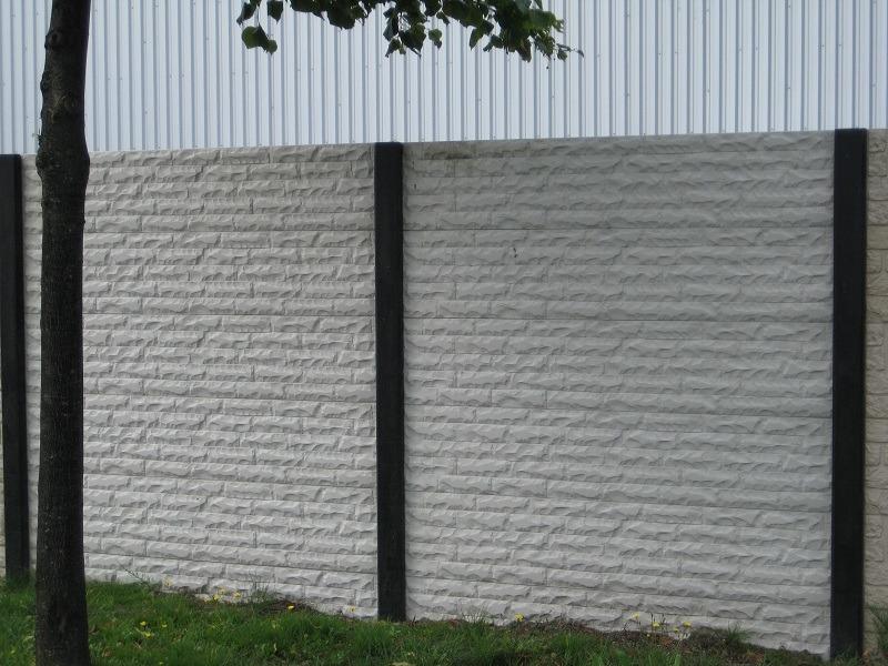 Beton schutting steen motief wit grijze beton palen