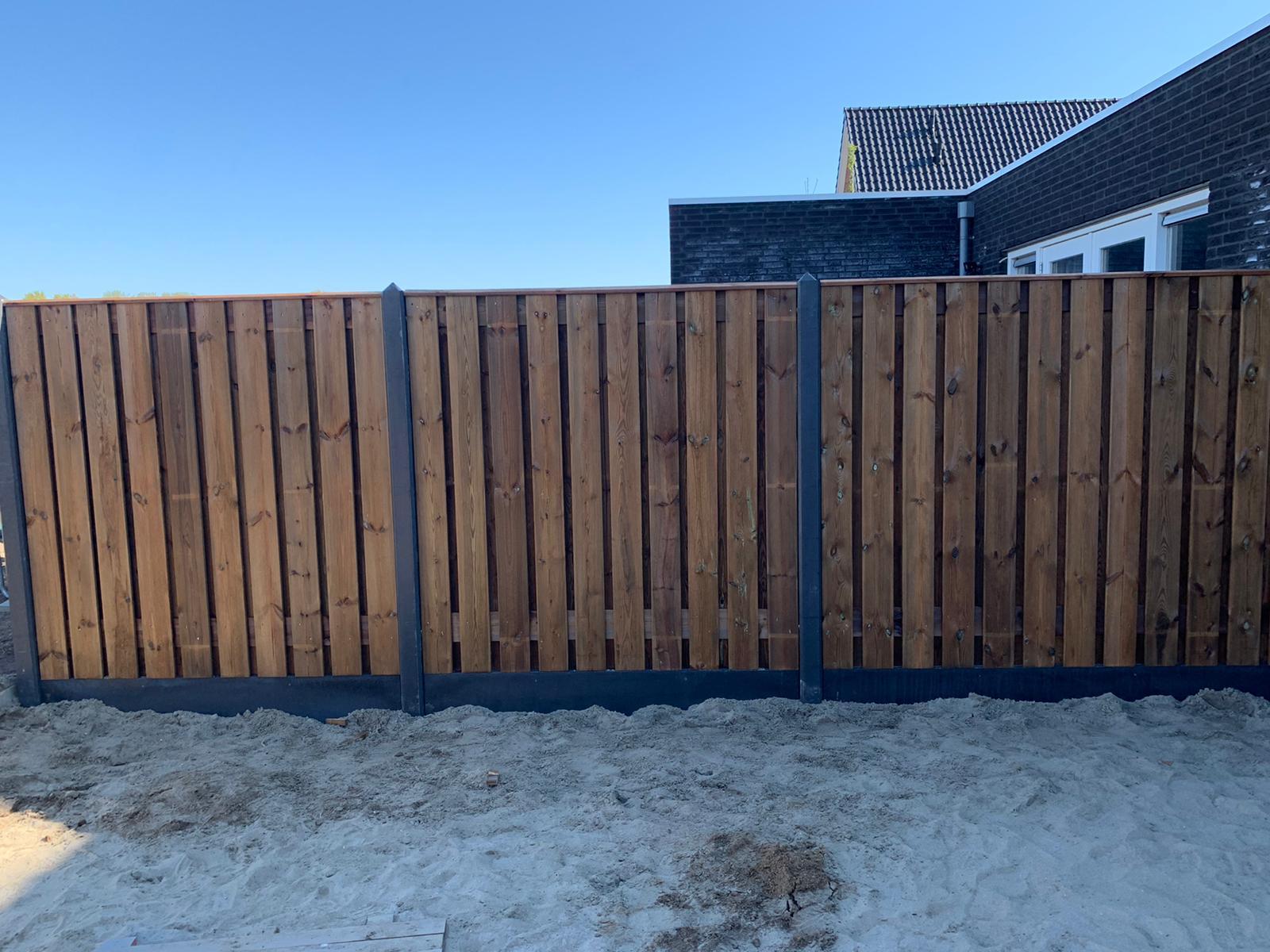 Nobifix houten schutting beton palen grijs horizontale latten  tuin