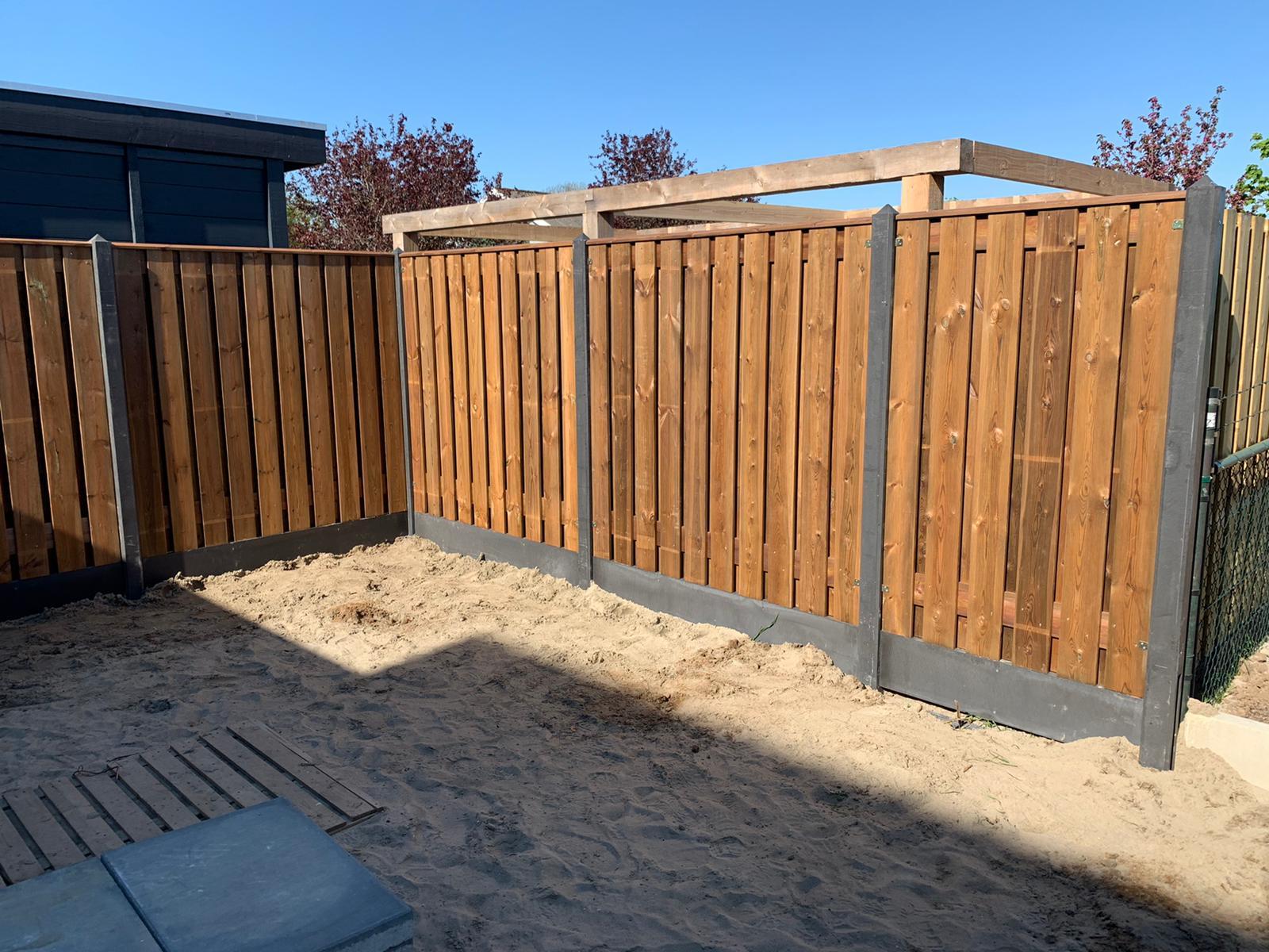 Nobifix houten schutting beton palen grijs tuin zand