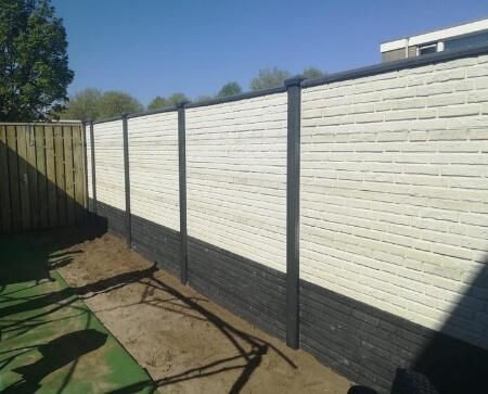 beton schutting steen motief wit grijze betonpalen